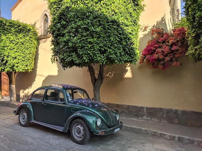 2 days in San Miguel de Allende travel tips | street scene, VW beetle #sanmigueldeallende #mexico #traveltips #timebudgettravel #sanmiguel #volkswagen #vwbug