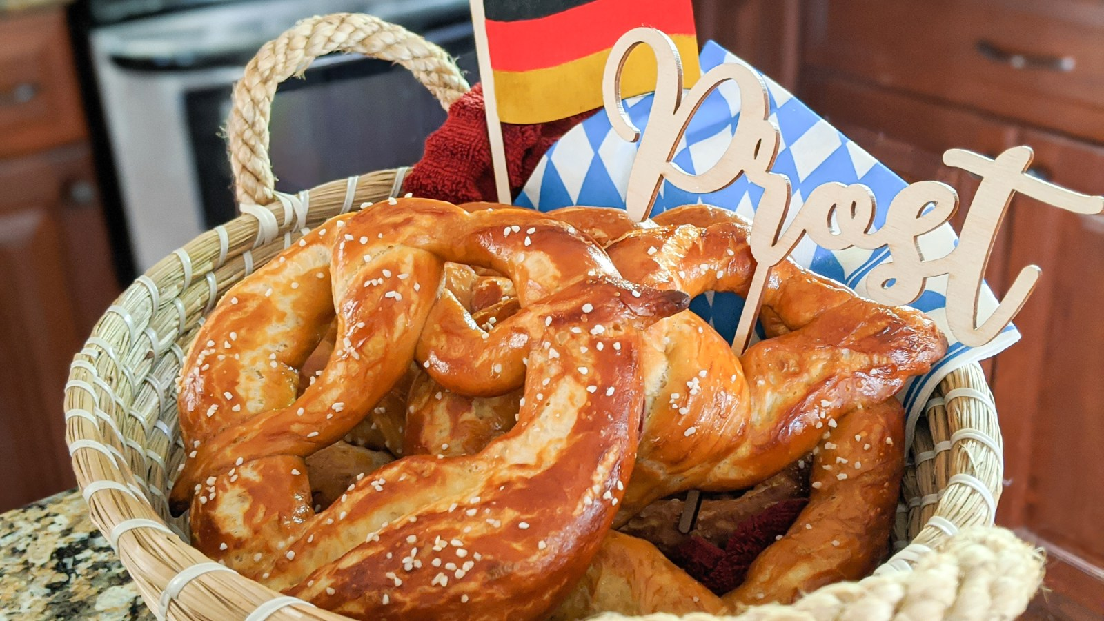 The perfect Oktoberfest party foods for your oktoberfest-themed party at home   #oktoberfest #oktoberfestfood #germanfood #germanrecipes #pretzels