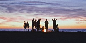 jongeren op strand