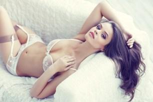 Sexy Girl wartet auf der Couch