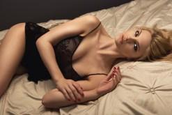 Sexy Girl wartet im Bett