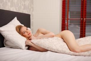 Sexy Girl lauert im Bett auf Beute