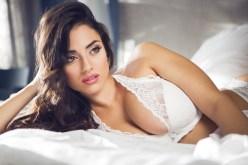 Sexy Girl träumt im Bett