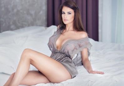 Sexy reifes Girl im Bett