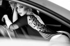 Heiße Blondine im Auto