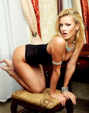Sexy Blondine auf dem Hocker