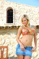 Sexy Blondine im Minirock