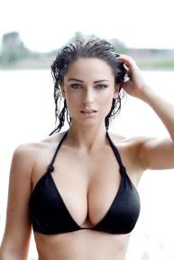 Sexy Beach-Girl mit großen Brüsten