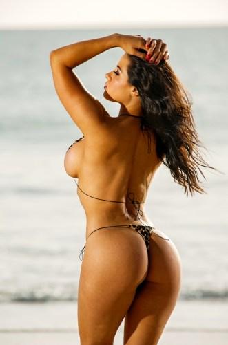 Sexy Strandgirl mit Olalah-Kurven