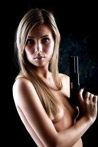 Sexy Girl mit Pistole