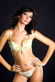 Sexy Latina in Unterwäche