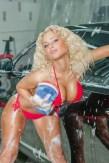 Sexy Girl wäscht Auto
