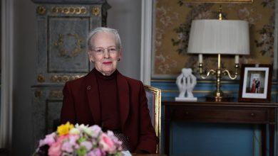صورة الملكة تناشد المواطنين البقاء في منازلهم