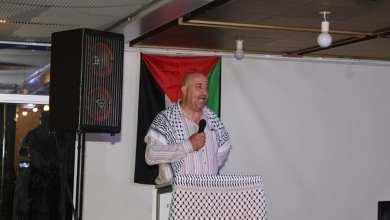 صورة فلسطيني مقيم في أرغورس يترجم المؤتمرات الصحفية للحكومة بشكل تطوعي