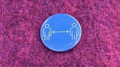 صورة ابتداءً من اليوم شارات زرقاء للاستخدام الشخصي للتذكير بترك مسافة
