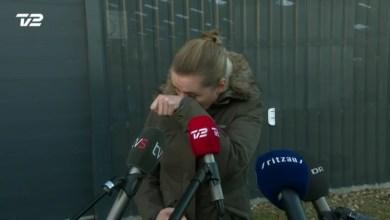 صورة رئيسة الوزراء تعتذر.. وتمسح دموعها أمام الكاميرات