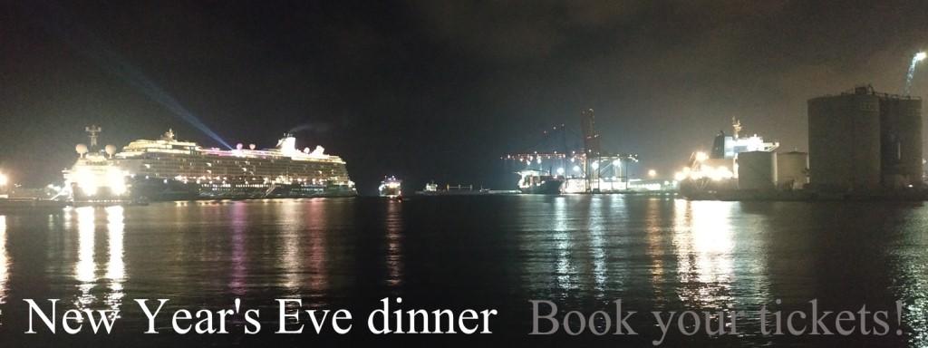 """Fotografía de un puerto con el texto """"New Years's Eve dinner Book your tickets!"""" parte del texto no es legible por el bajo contraste."""