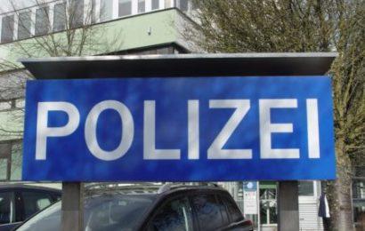 Autofahrerin fährt gegen Polizeigebäude und flüchtet