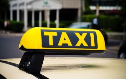 Taxifahrer holt Gasrevolver aus Kofferraum