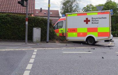 Rettungswagen kollidiert im Rahmen einer Einsatzfahrt an Ampelkreuzung mit PKW