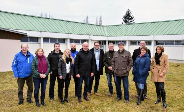 Besuchergruppe vor Ort im Kümmersbrucker Sportzentrum mit Bürgermeister Roland Strehl (6. V.l.). Foto: Thomas Pronath