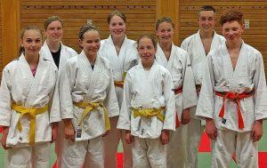 Die erfolgreichen Judoka, Leon Röser fehlt auf dem Bild, mit Marina Bläser, 2. von links, als Vertreterin des Prüfungsteams