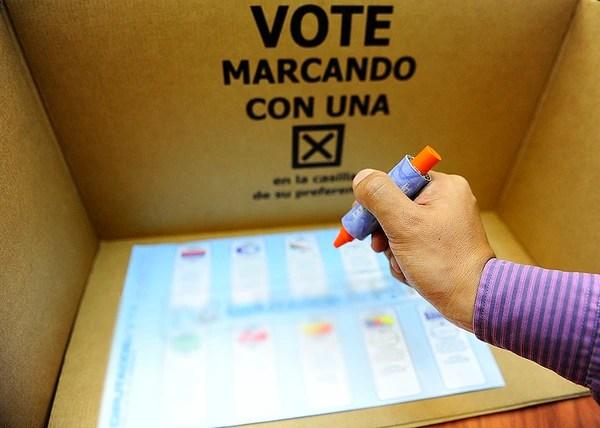 06-08-2013/San Jose Costa Rica/Articulos para votacion presentados por el Tribunal Supremo de Elecciones/Fotografia: JOHN DURAN