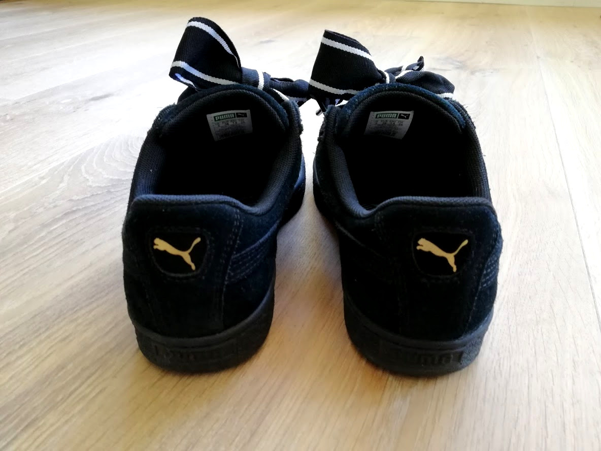 Achterkant Suède Puma schoenen met logo