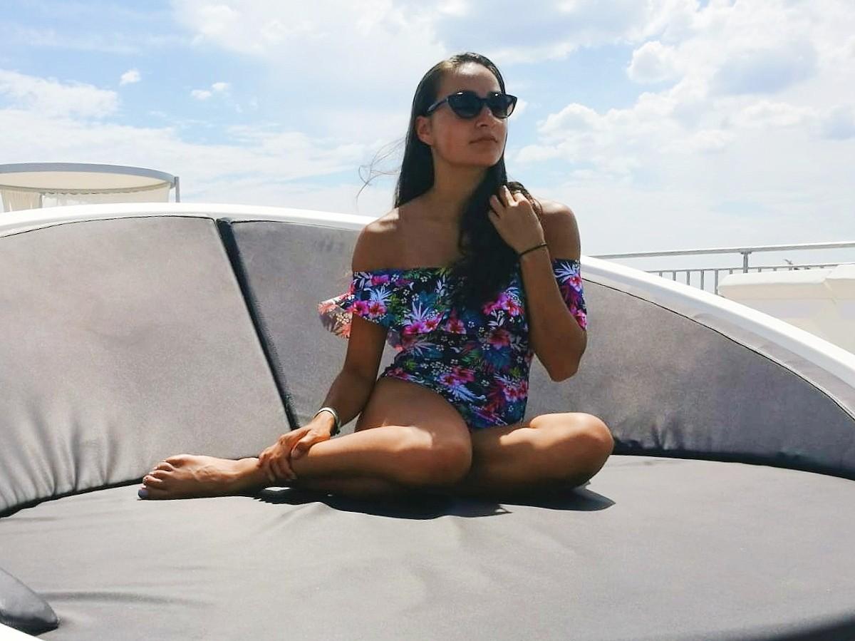 Nadeche Jocelyn met haar off-shoulder badpak van Primark