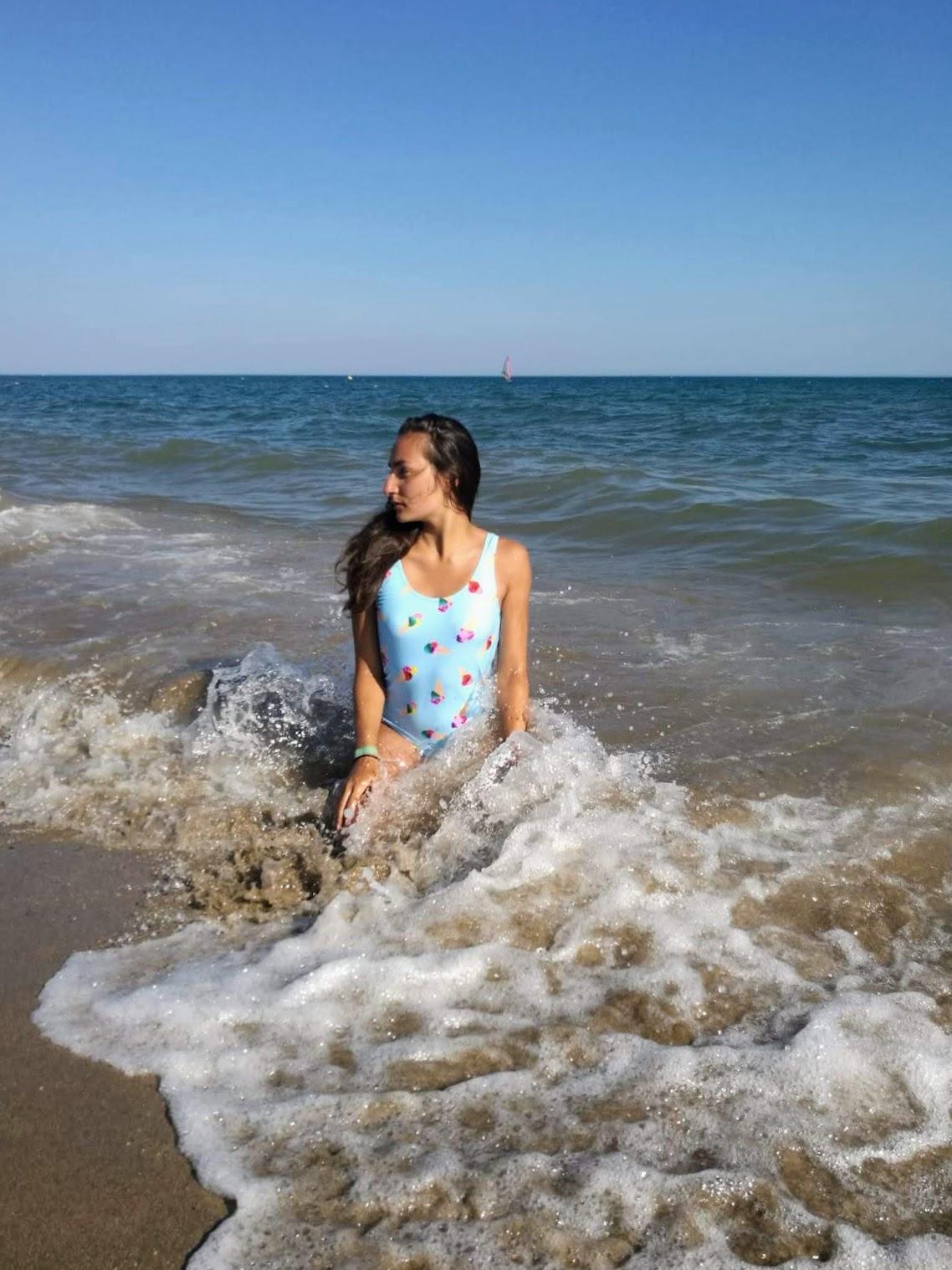 Nadeche Jocelyn met haar Ice Cream bathingsuit van Primark