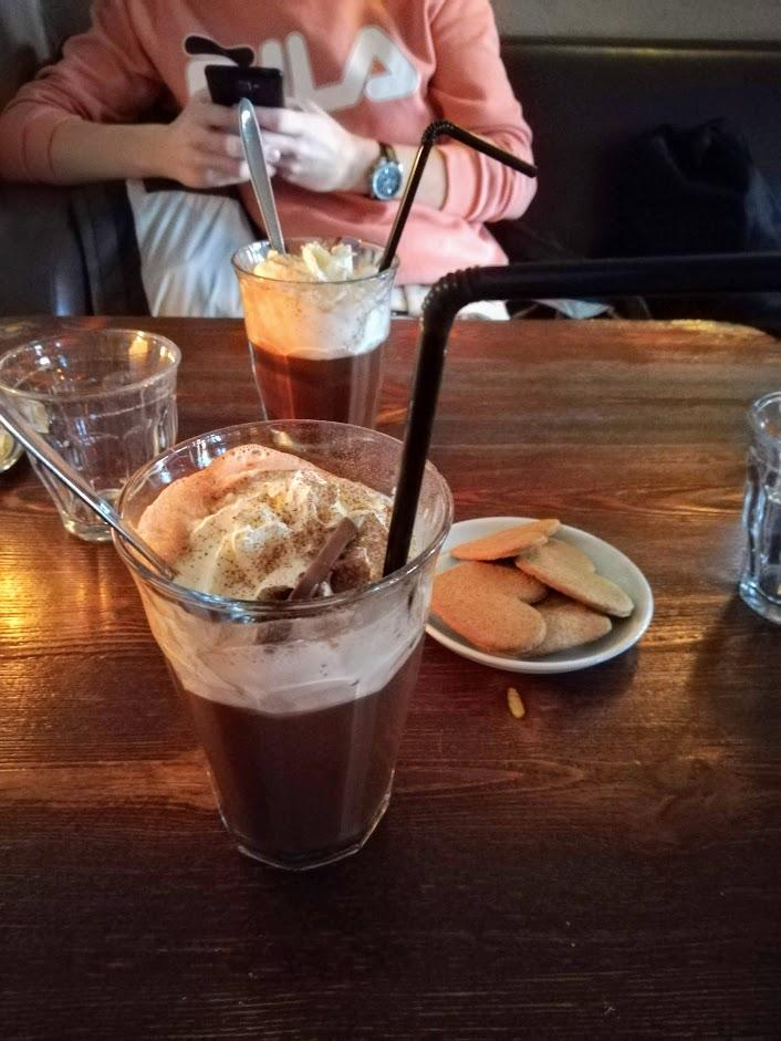 Warme chocomel en koekjes bij Ved Kajen Nyhavn