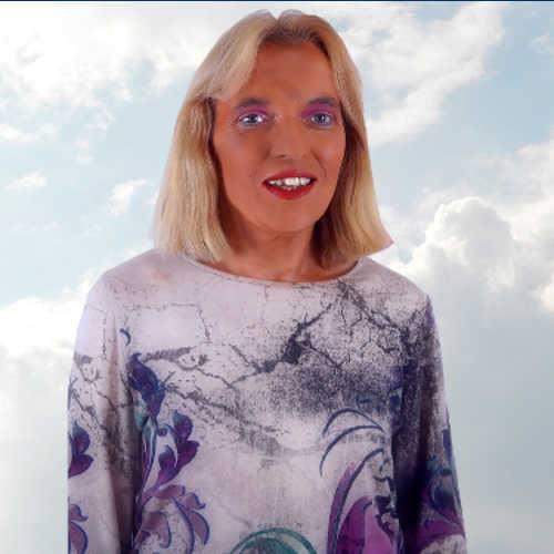 Nadja Hafendörfer vor Wolken Quantenheilung, Spirituelle Lebensberatung Rückführung und Reinkarnationstherapie
