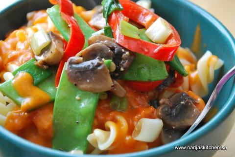 Pasta med tomatsås och grönsaker