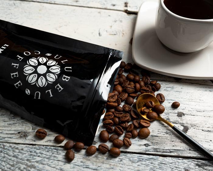 foto kreatif instagram kopi sederhana minimalis dengan background kayu warna putih