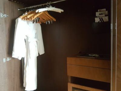 Shanghai Marriott Hotel Pudong East - Wardrobe