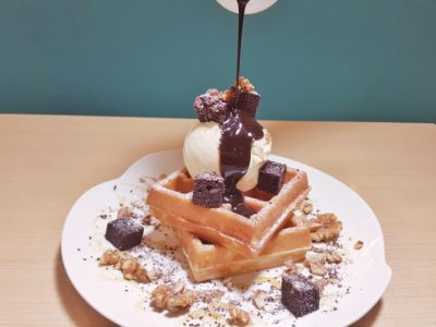 Food Lovers Only At IMM Serving Korean Fusion Items - Pouring Chocolate over the Bountiful Choco-Brownie