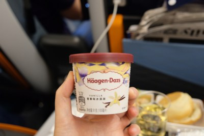 Flying Singapore Airlines Premium Economy SQ833 From Shanghai To Singapore - Vanilla Haagen Dazs