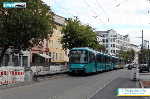 """U5-25-Tw 680 mit passiert mit U5-25-Tw 676 die noch im Bau befindliche Station """"Glauburgstraße"""" in Richtung Preungesheim."""