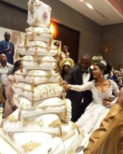 "(LOL😁) ""They Will Use Ladder & Climb To Cut It"": This Wedding Cake Has Got People Talking"