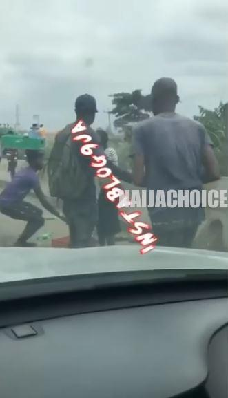 Hawkers Fight Dirty On Lagos-Ibadan Express Road Over Customer (Video)
