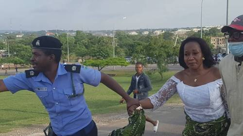Police Officer Saves Woman From Mob Attack In Abuja (Photo)