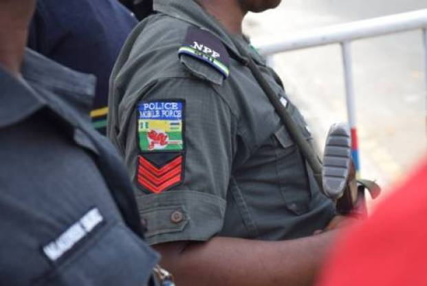 MOFO!! Man Who Refused To Pay For Sex, Turns Grammarian As Lady Calls In Police (Video) 2