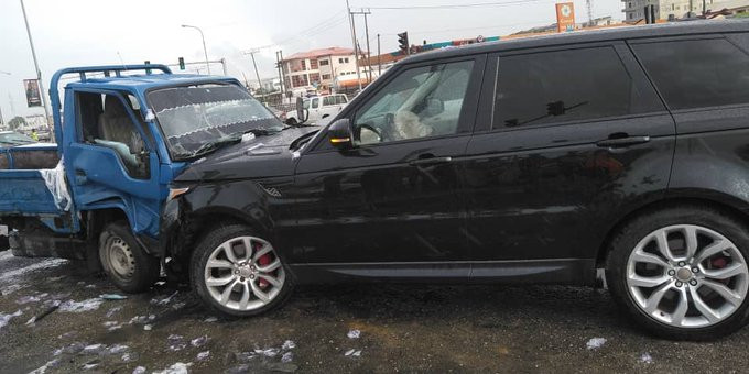 60b21294461f8 - Truck driver crashes into a Range Rover after suffering brake failure in Lagos (video)