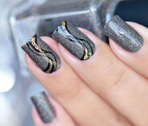 nail-art-stries-or-et-noires-7