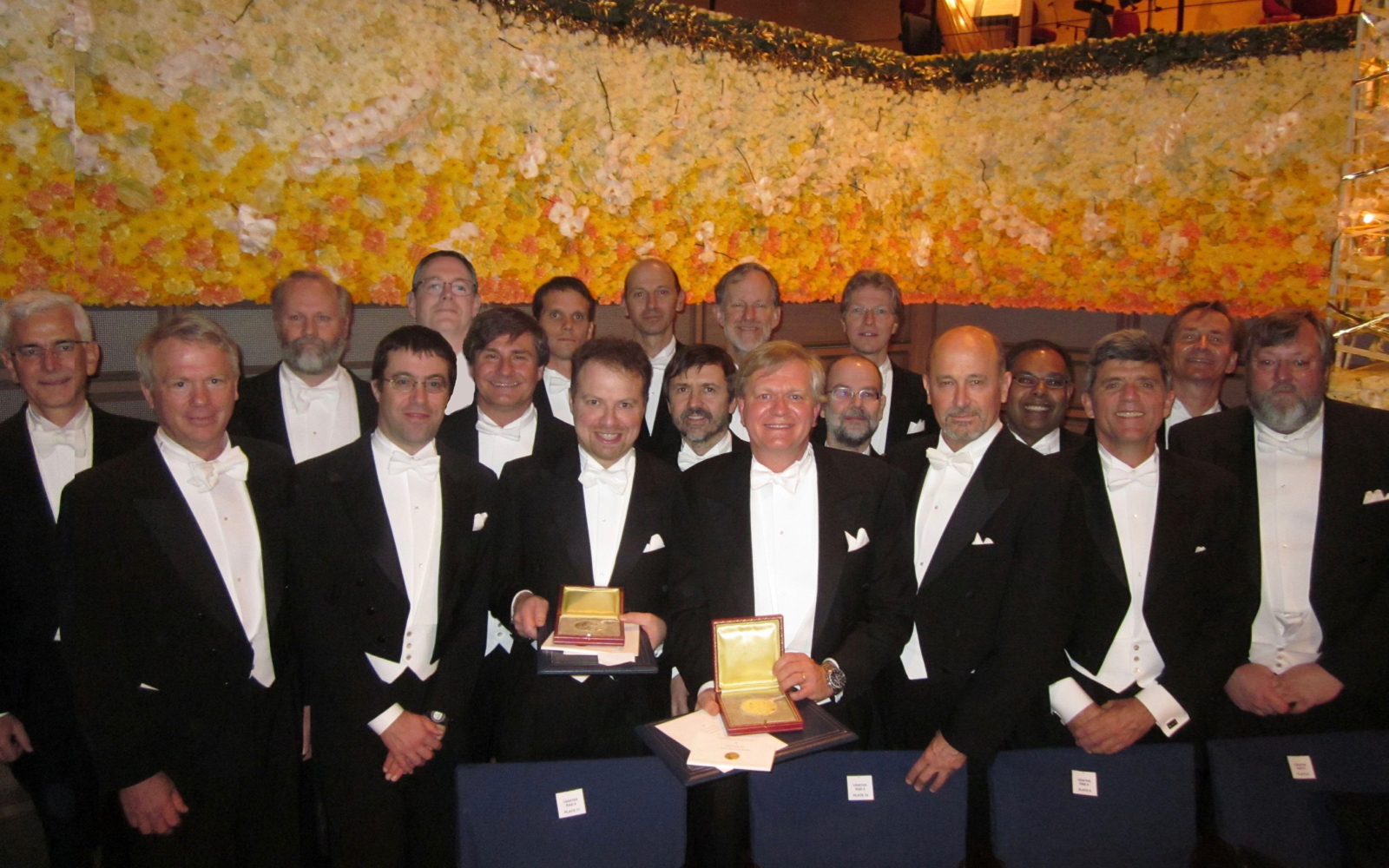 Une photo de groupe du High-Z Supernova Search Team célébrant aux cérémonies du prix Nobel à Stockholm en 2011
