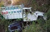 फर्नीचर व सब्जियाें से लदा पिकअप कुंजगढ़ नदी में गिरा, तीन की हालत गंभीर घायल