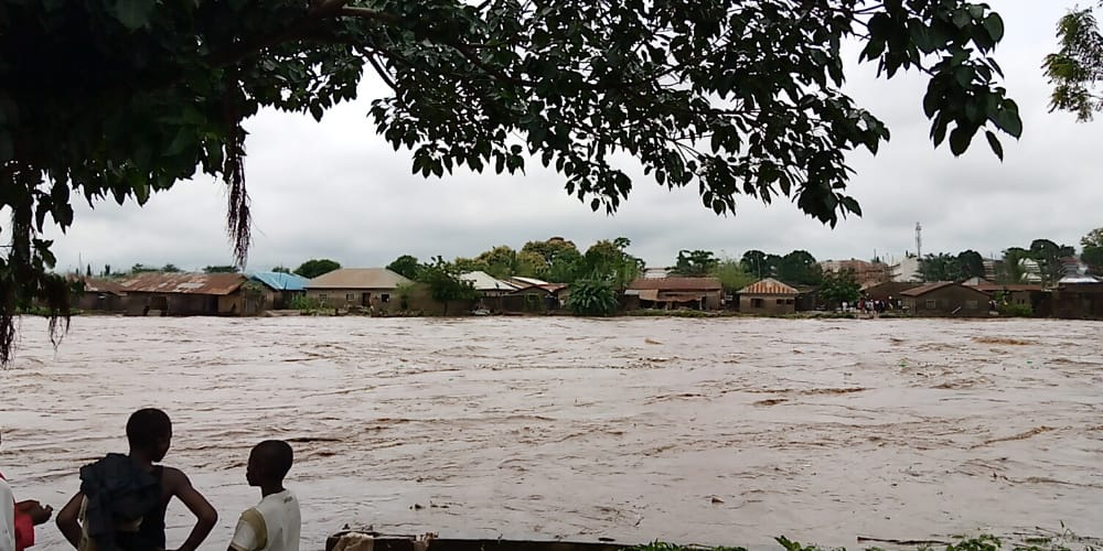 Flood, arising from a down pour on Saturday has submerged more than 20 buildings in Gwagwalada Area Council of Abuja, the News Agency of Nigeria reports. The rain that started from Friday night to early hours of Saturday, also submerged Gwagwalada bridge and a hotel. A NAN correspondent, who visited the flooded areas, observed that […]
