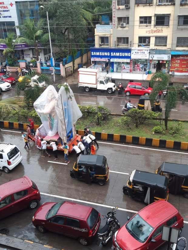 A huge Ganesha idol being taken to a pandal in Navi Mumbai