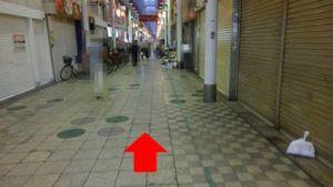 商店街を直進している写真