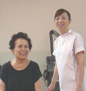 中橋整骨院の施術を受けて笑顔になる女性の写真